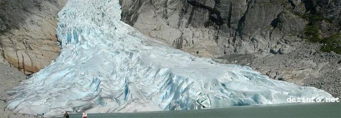 Briksdal Glacier in 2004
