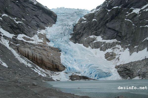 Briksdal Glacier in 2007